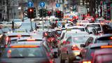 Solche Bilder sollen bald der Vergangenheit angehören – Staus, Abgase und Lärm auf deutschen Straßen. Eine Studie vom Fraunhofer ISI belegt nun die positiven Umweltauswirkungen autonomer Fahrzeuge.