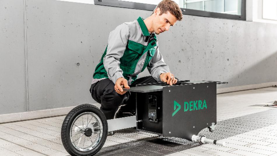 Das lasergestützte Dekra Verfahren vermisst die Fahrzeugaufstellfläche oder den Verfahrweg des Scheinwerfer-Einstellprüfgeräts.