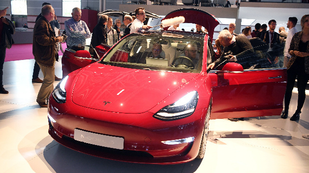Tesla Model 3 auf dem Internationalen Automobilsalon Paris.