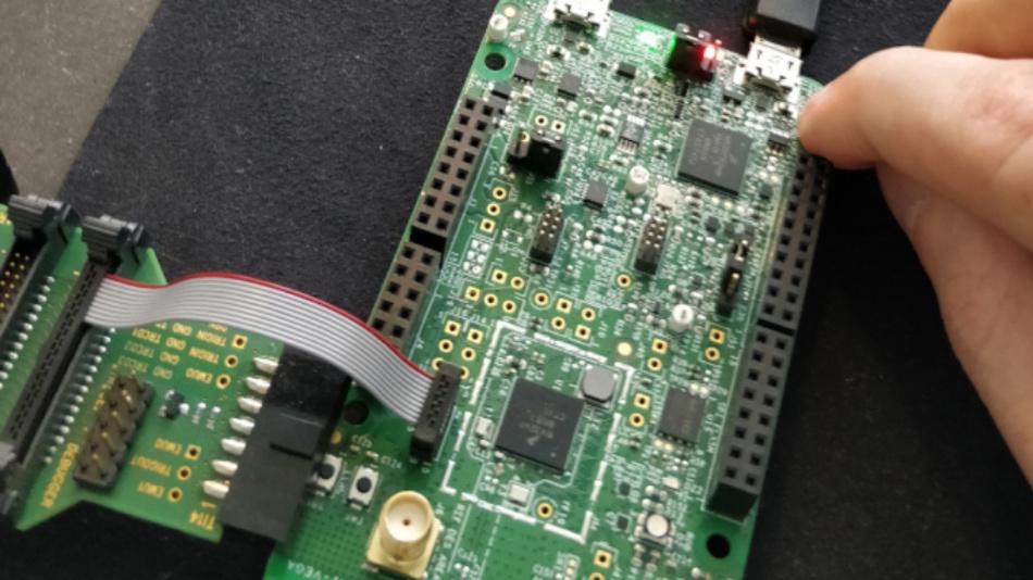 Bild 6: Zur Auswahl des Boot-Kerns wird der RESET-Button während der Terminaleingabe gehalten.