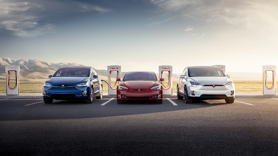 Mit einem 1 MW-Leistungsschrank schaffen die neuen SuperCharger 3 von Tesla eine Ladeleistung von bis zu 250 kW.