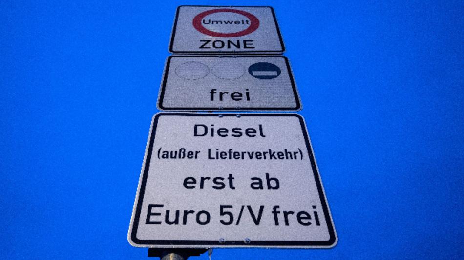 Ein Schild weist auf das Fahrverbot für Dieselfahrzeuge ab der Schadstoffklasse Euro 5 hin. Das bundesweit erste großflächige Diesel-Fahrverbot zur Luftreinhaltung gilt seit dem Jahresbeginn in Stuttgart.