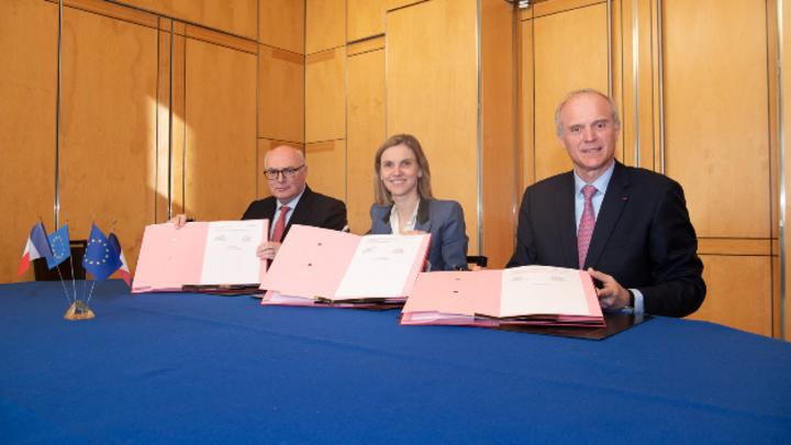 Die Vereinbarung zwischen Michelin und Faurecia wurde heute in Anwesenheit von Agnès Pannier-Runacher, Staatssekretärin im französischen Ministerium für Wirtschaft und Finanzen, unterzeichnet. Dieser Vorgang steht unter dem Vorbehalt der Zustimmung d