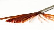 In einem neuartigen Verfahren werden am KIT dünne Bänder aus Rare-Earth Barium- Copper-Oxide zu Hochtemperatur-Supraleiterkabeln mit hoher Stromtragfähigkeit verarbeitet.