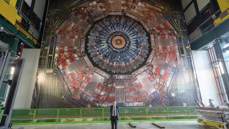 """Kleinste, subatomare Teilchen beschleunigen, auf dass sie bei der Kollision messbare Spuren hinterlassen – das ist die Aufgabe des """"Large Hadron Collider"""" am Europäischen Kernforschungszentrum CERN bei Genf. Dort wurde die Firma Kuttig Electronic, vertreten durch ihren GF Michael Kuttig, mit dem CMS Gold Industry Award ausgezeichnet."""