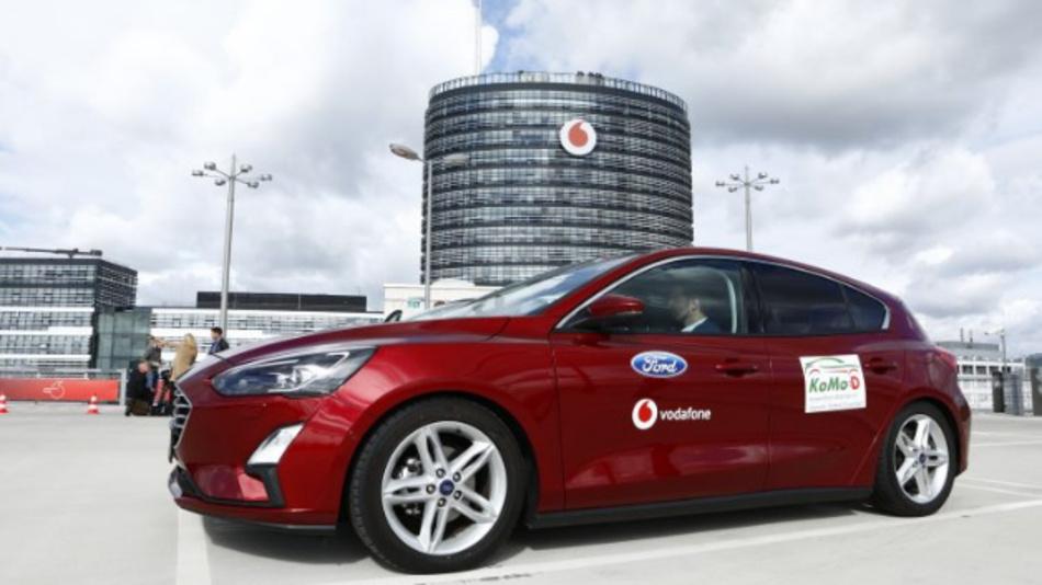 Vernetztes Ford-Modell auf dem Vodafone-Parkhaus in Düsseldorf.