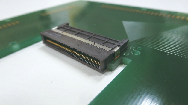 "Host-Connector in ""Mid-Mount""-Technologie, in das PCB versenkt"