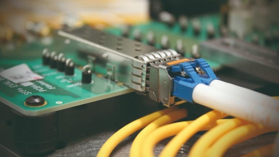 Bild 4: SFP-Transceiver in einem SFP-Käfig – vorne die Glasfaser, hinten die Leiterplatte
