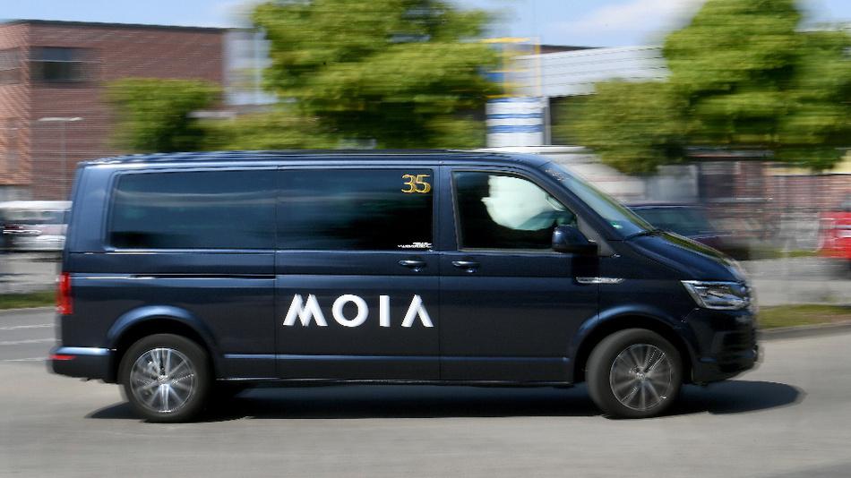 Shuttle-Busse der VW-Tochter Moia sollen eine Brücke schlagen zwischen individueller Mobilität und öffentlichem Nahverkehr.