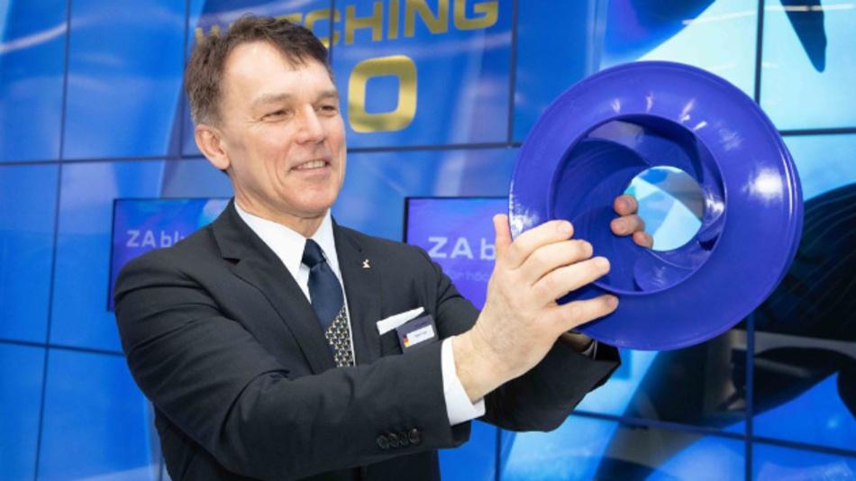 Vorstandsvorsitzender Peter Fenkl präsentiert den neuen bionischen Ventilator ZAbluefin
