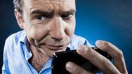 Mann Smartphone skeptisch