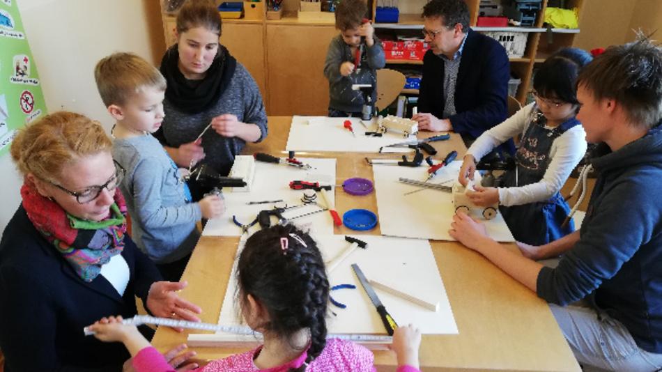 Die Kinder der Hella-Kinderhäuser konstruieren eigene Bauwerke Im Rahmen der KiTec.