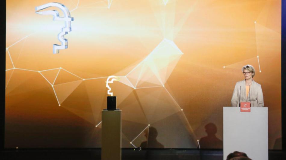 Bundesforschungsministerin Anja Karliczek wird am 31. März in Hannover den Hermes Award an den Gewinner übergeben und die Laudatio halten.