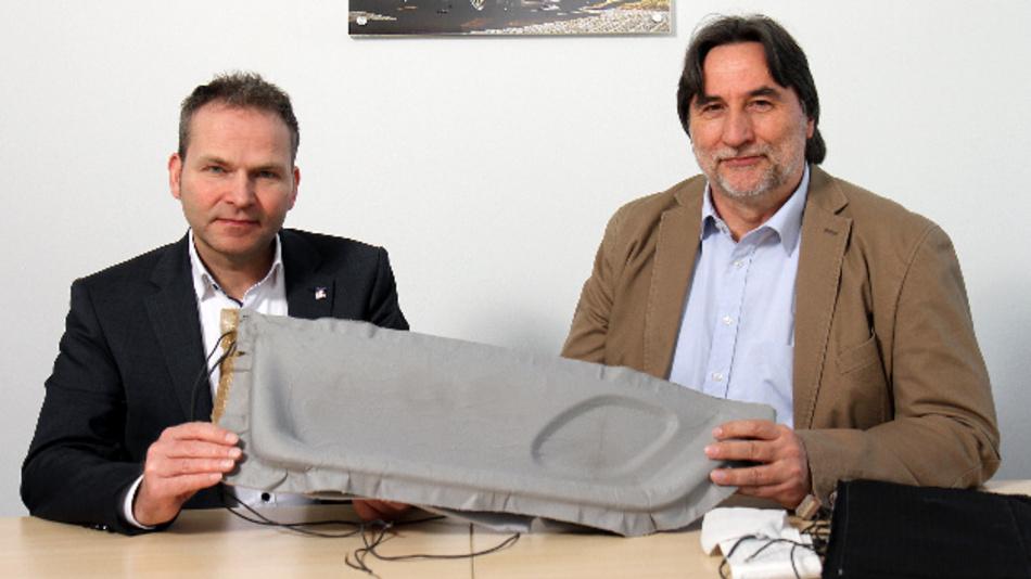 Professor Dr. Roman Teutsch (li.) und Dr. Peter Kosack haben eine Infrarotheizung für Fahrzeuge entwickelt, die einfach im Fahrgastraum eingebaut werden kann.