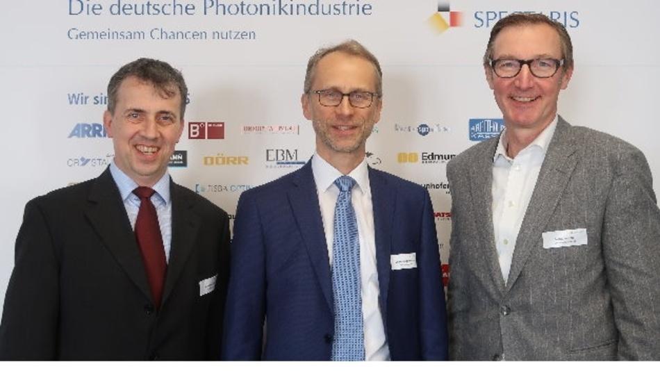 Dr. Bernhard Ohnesorge (m.) tritt die Nachfolge von Justus Felix Wehmer (r.) an. Links im Bild: Wenko Süptitz, Spectaris-Fachverbandsleiter Photonik.
