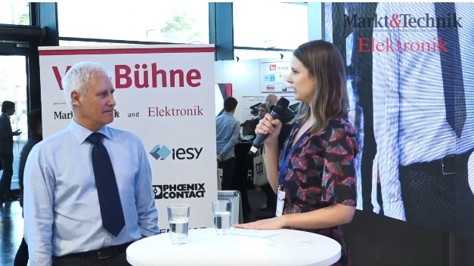 Ken Greenwood, Rochester, im Gespräch mit Markt&Technik-Redakteurin Anja Zierler auf der VIP-Bühne auf der Embedded World.