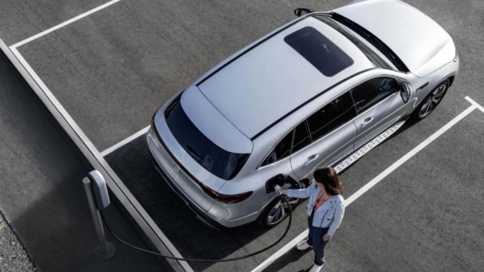 Daimler bietet seinen Flottenkunden durch die Zusammenarbeit mit NewMotion Zugang zu über 100.000 Ladepunkten in Europa.