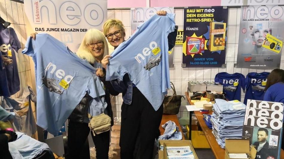 Unsere Medienberater sind stolz auf unsere coolen Neo-Shirts.