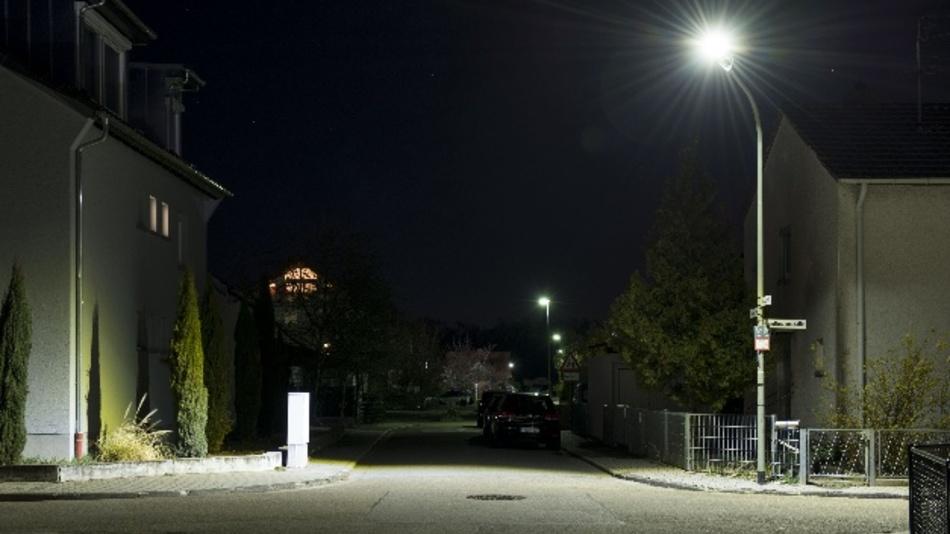 Die neuen Außenlampen, die von der Pfalzwerke Netz AG in Maxdorf getestet werden, sparen nicht nur Strom, sondern strahlen auch deutlich heller.