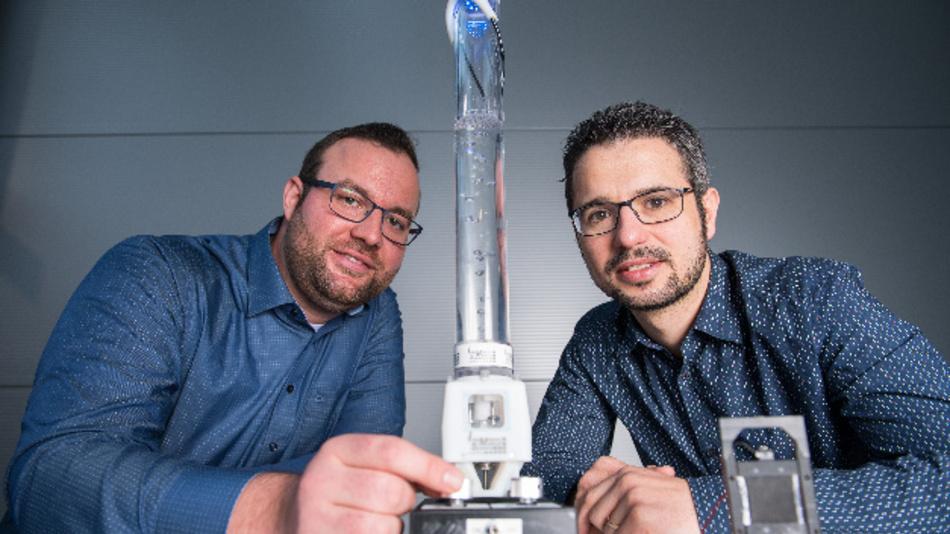 Die Ingenieure Philipp Linnebach (l.) und Steffen Hau (r.) aus dem Forscherteam von Stefan Seelecke .