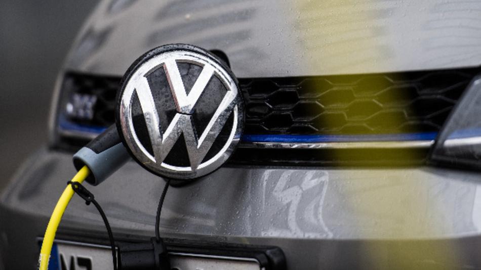 Ein Ladekabel ist an einem Elektrofahrzeug von Volkswagen angesteckt.