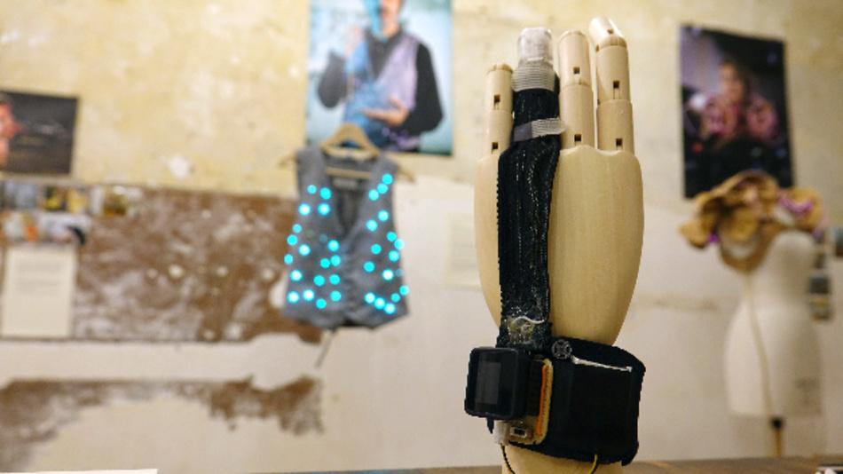 Ein Hemdsärmel könnte bald ähnlich klug wie ein Smartphone sein. Elektronische Kleidung macht es möglich.