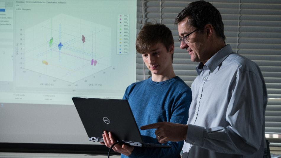 Open Source-Software »Dave«: Durch Visualisierung (Beispiel im Hintergrund) erleichtern es Prof. Andreas Schütze (r.) und sein Mitarbeiter Julian Joppich (l.), Messsysteme interaktiv zu optimieren.
