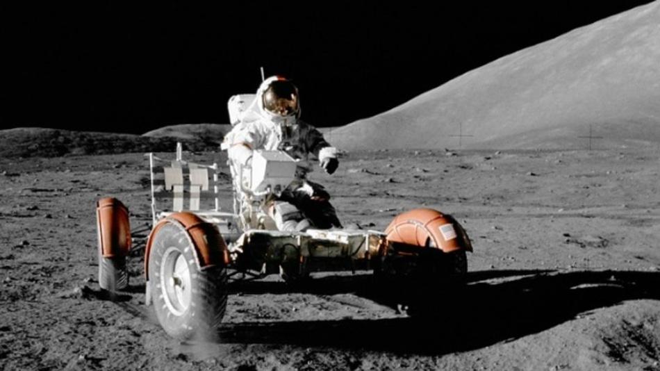 Das Mond-Vehicle kann nur in einem Raumanzug gefahren werden. Für künftige Mondmissionen plant Toyota und die japanische Weltraumagentur ein Mondfahrzeug mit Druckkabine, sodass der Anzug überflüssig wird.