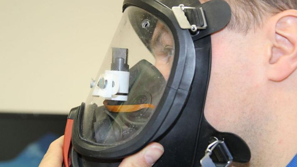 Die Datenanzeige ist direkt in die Atemschutzmaske integriert.