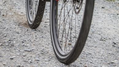 Auf einer Schotterpiste deutlich zu erkennen: Bei einer Vollbremsung blockiert das Hinterrad, während am Vorderrad das ABS ein Blockieren verhindert.