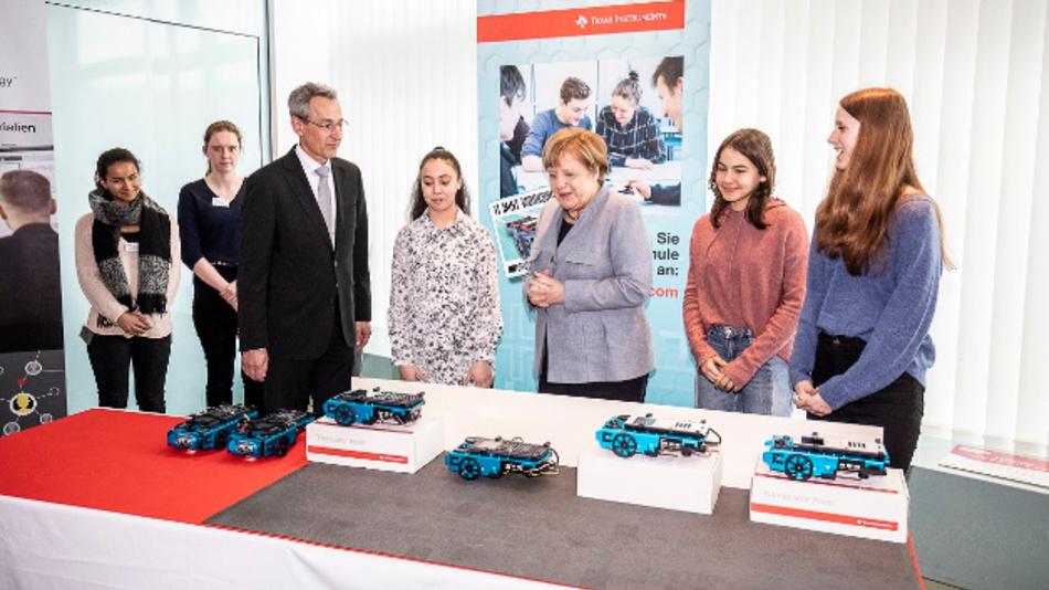 Texas Instruments war bei der Auftaktveranstaltung zum Girls' Day 2019 im Bundeskanzleramt in Berlin dabei. TI ist einer von acht Ausstellern, die für einen Technik-Parcours ausgewählt wurden, bei dem unter Beisein von Bundeskanzlerin Dr. Angela Merkel 24 Schülerinnen die Vielseitigkeit von MINT-Berufen (Mathematik,Informatik, Naturwissenschaften und Technik) kennenlernten. An der Parcoursstation von TI programmierten die Mädchen ein Parksystem, bei dem ein Roboterfahrzeug mittels Ultraschallsensoren die Größe einer vermeintlichen Lücke misst und anschließend den 'TI-Innovator Rover' in lediglich zwei Zügen einparken lässt.