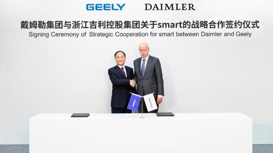 Vertragsunterzeichnung zur strategischen Kooperation für smart zwischen Daimler und Geely: Li Shufu (links), Chairman der Geely Holding und Dieter Zetsche (rechts), Vorsitzender des Vorstands von Daimler.
