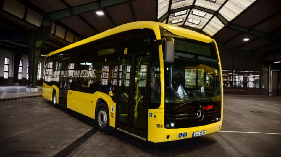 Emissionsfrei durch Berlin: Der erste von 15 vollelektrisch angetriebenen Mercedes Benz eCitaro wird an die Berliner Verkehrsbetriebe (BVG) ausgeliefert.