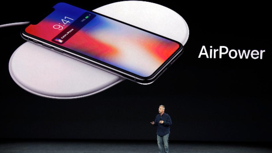 Phil Schiller, Vizepräsident Weltweites Marketing von Apple, präsentiert am 12.09.2017 im Steve Jobs Theater in Cupertino das neue AirPower. Apple muss in einer ungewöhnlichen Niederlage den Marktstart eines seit langem angekündigten Geräts absagen.