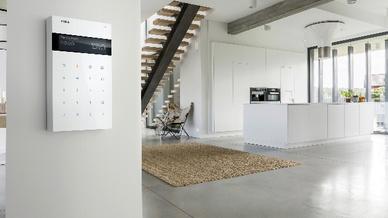 Die Gira Alarm Connect Funk Bedieneinheit in Reinweiß glänzend in elegantem Wohnumfeld