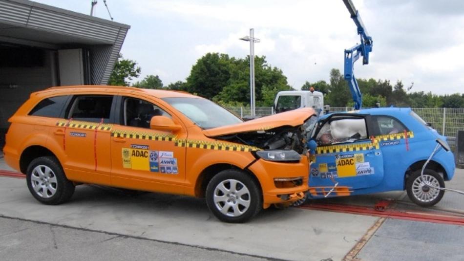 Das Foto des ADAC zeigt den Crashtest eines Fiat 500 (r) gegen Audi Q7