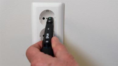 Der Spannungsprüfer VP42 macht berührungslos auf spannungsführende Leiter aufmerksam - mit LEDs und durch Vibration.
