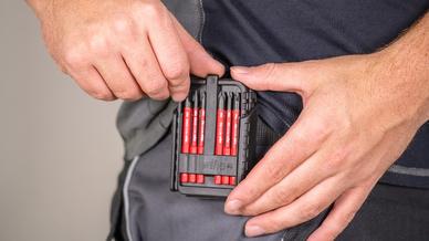 Ein Mann hat die Werkzeugbox am Gürtel