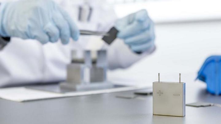 Das auf anorganische Batterietechnologie spezialisierte Schweizer Unternehmen Innolith arbeitet an der Entwicklung einer wiederaufladbaren Batterie mit 1000 Wh/kg. Diese soll Reichweiten von über 1000 km mit einer Batterieladung ermöglichen.
