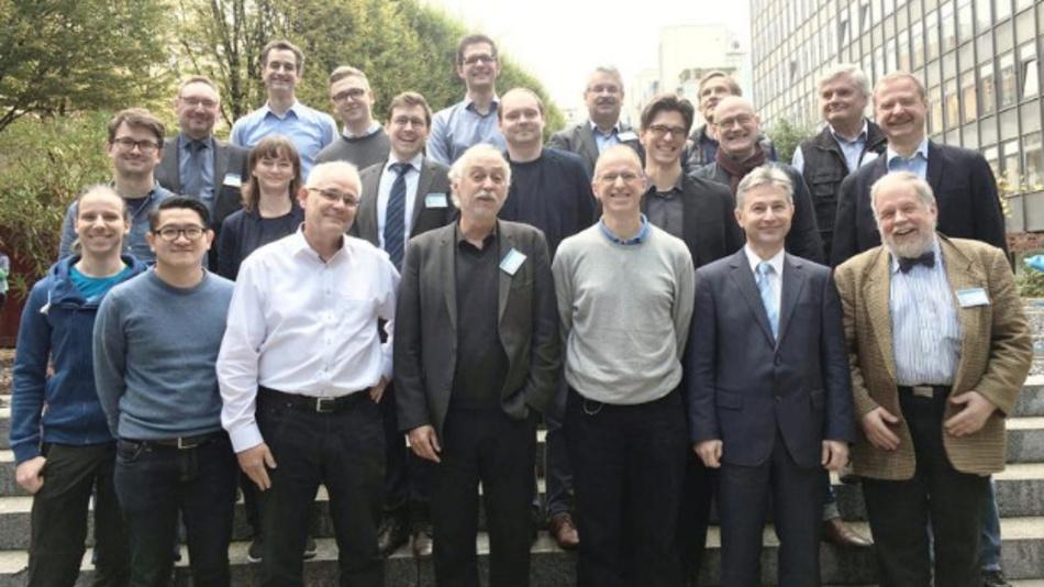 Prof. Dr.-Ing. Thomas Zielke von der HSD (vordere Reihe, 3. v.l.) erhielt eine EU-Finanzierungzusage durch StandICT.eu.