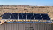 Ein Lagerbehälter, auf dem sich die Solarstromanlage befindet, schützt das ELWA-System vor dem unwirtlichen Wüstenklima.