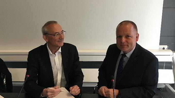 Ansgar Hinz, CEO des VDE (r.) im Gespräch mit Heinz Arnold, Markt&Technik