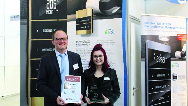 DR. Michael Schuster von Enertex und Cornelia Meier, Redaktion elektrobörse smarthouse, posieren mit Pokal und Urkunde