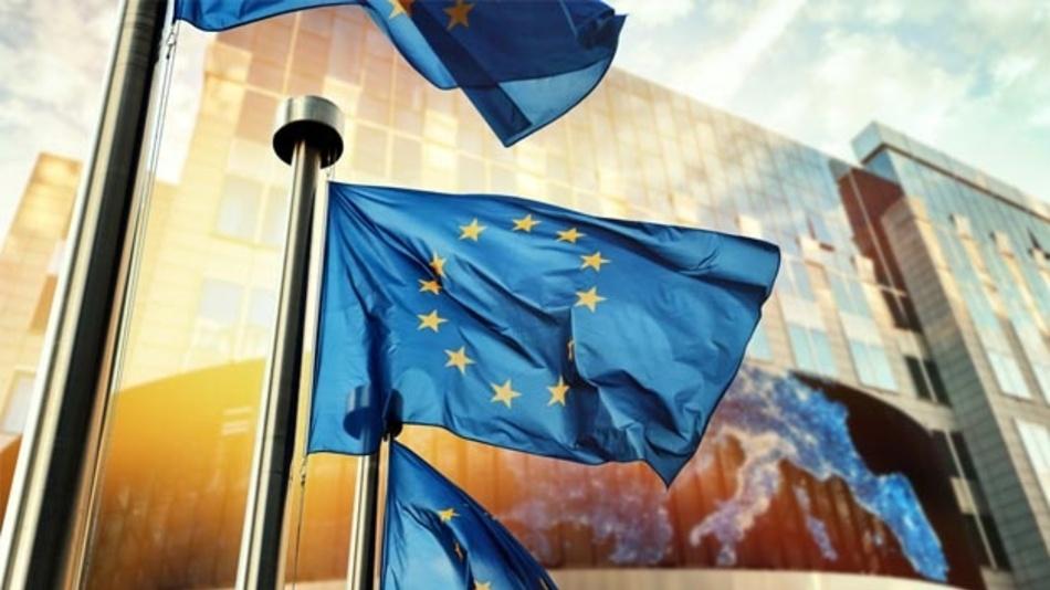 Fahnen vor dem EU-Parlament in Brüssel.