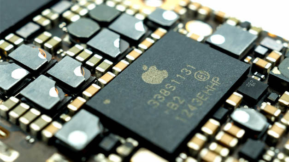 Nahaufnahme des Power-Management-ICs auf der Logikplatine eines Apple iPhones.