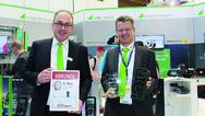 hristian Widder, Leiter der Marketingkommunikation, und Klaus Leibold, Produktmanager Multimeter, freuen sich über Platz 2 in der Kategorie Betrieb.