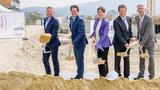 Gruppenfoto beim Spatenstich für das neue HF-Entwicklungszentrum in Linz, Österreich.
