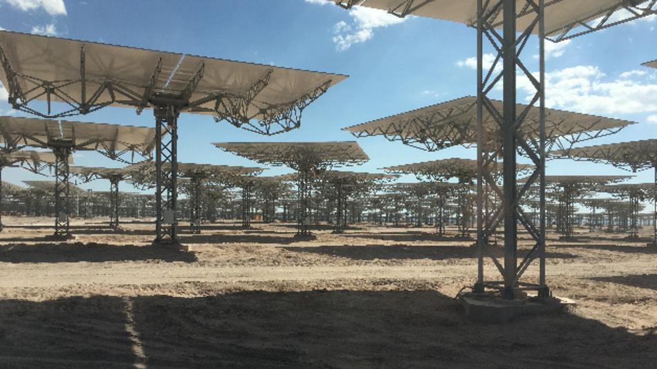 Heliostatenfeld des im Bau befindlichen solaren Turmkraftwerks von Cerro Dominador im Norden Chiles (Nennleistung 100 MW).