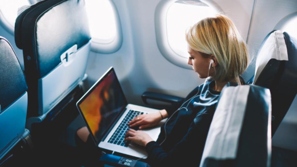Li-Fi könnte im Flugzeug das WLAN ergänzen. Als Zugriffspunkt zum Datennetzwerk kann prinzipiell jede LED verwendet werden.