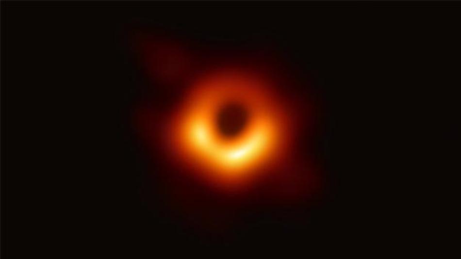 Dieses Bild ist der erste direkte visuelle Nachweis eines Schwarzen Lochs. Um das Bild zu erstellen, haben Forscher des internationalen Projekts Event Horizon Telescope (EHT) acht Radioteleskope auf vier Kontinenten miteinander kombiniert. Dadurch entstand ein virtuelles Superteleskop, dessen Durchmesser so groß ist wie die Erde.